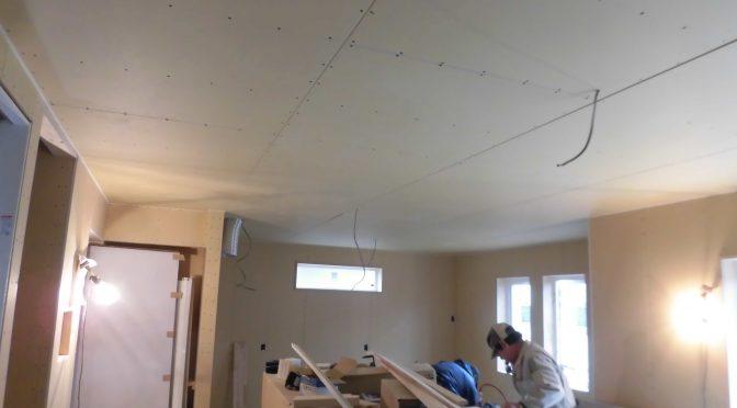 天井貼られました