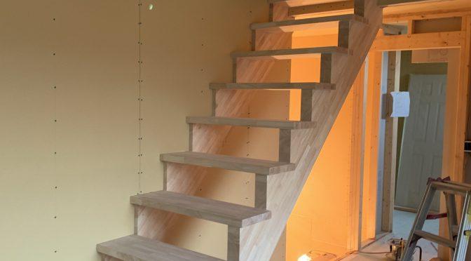 階段取り付け進んでます!